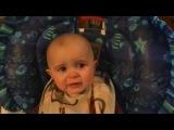 Эмоциональный ребенок плачет от песни мамы.